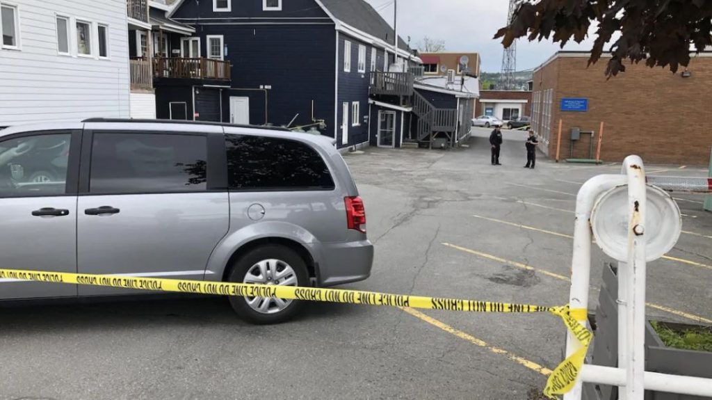 Edmundston police blocked an area between Hill Street and Canada Street, near the Bank of Montreal in the city's downtown. (Bernard LeBel/Radio-Canada)