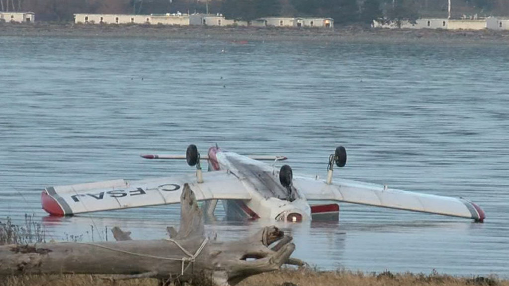 Small plane crashes into ocean near Courtenay, minor injuries reported
