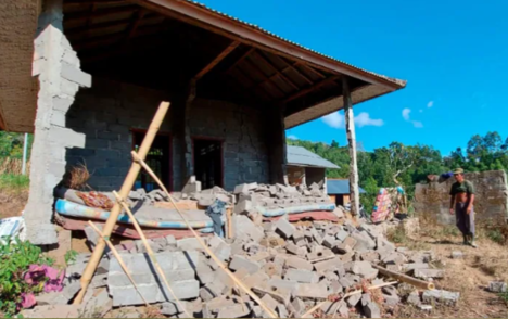 At least three dead after earthquake rocks Indonesian resort island